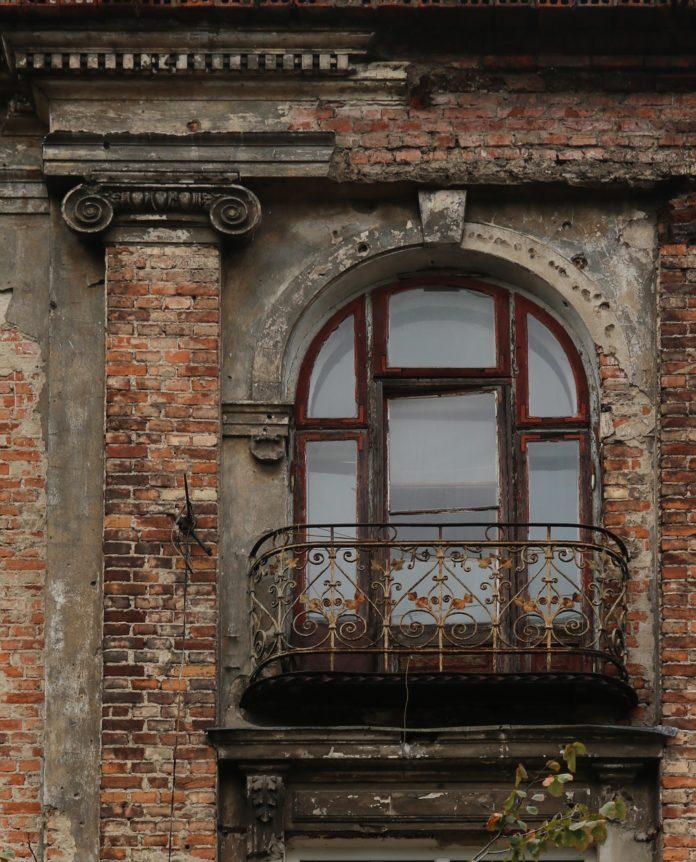 Fragment elewacji kamienicy przy ul. Marcinkowskiego 9